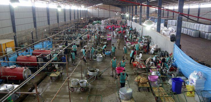 آشپزخانه رضوی مهران برای تأمین غذای گرم زلزلهزدگان به دشت ذهاب منتقل شد