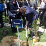 بازدید جمعی از شهرداران جهان اسلام از باغ گیاه شناسی مشهد/ کاشت نهال صلح و دوستی