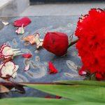 همزمان با هفته دفاع مقدس؛ غبار روبی مزار شهدا توسط شهروندان منطقه چهار شهرداری مشهد
